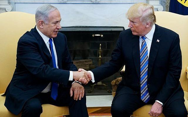 El presidente de los Estados Unidos, Donald Trump, estrecha la mano del primer ministro Benjamin Netanyahu en la Oficina Oval de la Casa Blanca el 5 de marzo de 2018. (AFP Photo / Mandel Ngan)