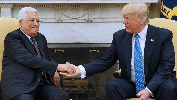 El presidente de los Estados Unidos, Donald Trump, se reúne con el presidente de la Autoridad Palestina Mahmoud Abbas en la Oficina Oval de la Casa Blanca el 3 de mayo de 2017, en Washington, DC.(AFP PHOTO / MANDEL NGAN)