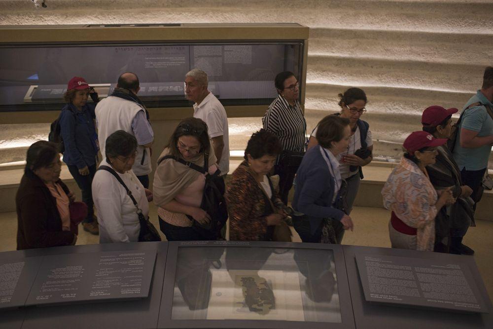 Un frágil fragmento de un enigmático Rollo del Mar Muerto está en exhibición pública en el Museo de Israel por primera vez desde su descubrimiento hace 70 años, en Jerusalem, el 20 de marzo de 2018. (AP / Oded Balilty)