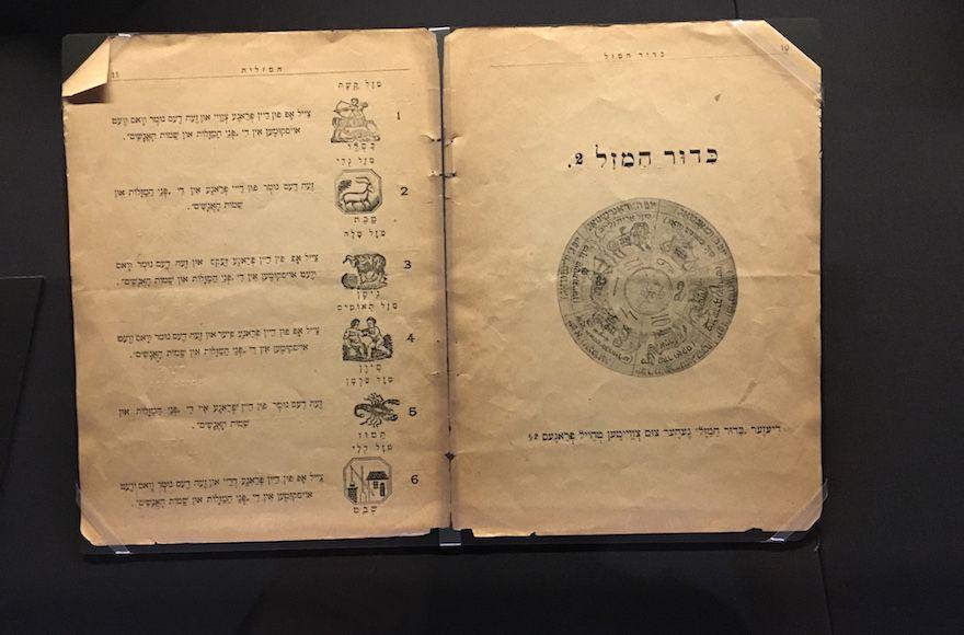 """Un libro de 1907 que aparece en la exhibición de YIVO """"Judíos en el espacio"""" contiene horóscopos en yiddish.(Josefin Dolsten / JTA)"""