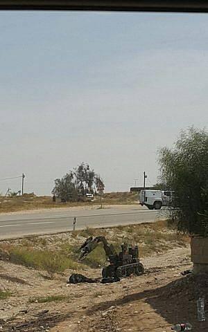 Un robot de desactivación de bombas maneja granadas encontradas en posesión de tres árabes palestinos que cruzaron a Israel desde la Franja de Gaza y fueron capturados fuera de la base del ejército de Tzeelim en el sur de Israel el 27 de marzo de 2018. (Policía de Israel)