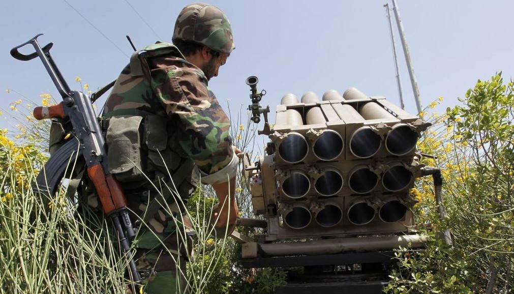 Un terrorista de Hezbolá se encuentra detrás de un lanzacohetes vacío, 22 de mayo de 2010. (AP / Hussein Malla)