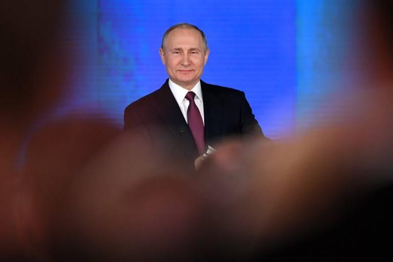 El presidente ruso, Vladimir Putin, se dirige a la Asamblea Federal en el centro de exposiciones Manezh de Moscú el 1 de marzo de 2018. (AFP PHOTO / Yuri KADOBNOV)