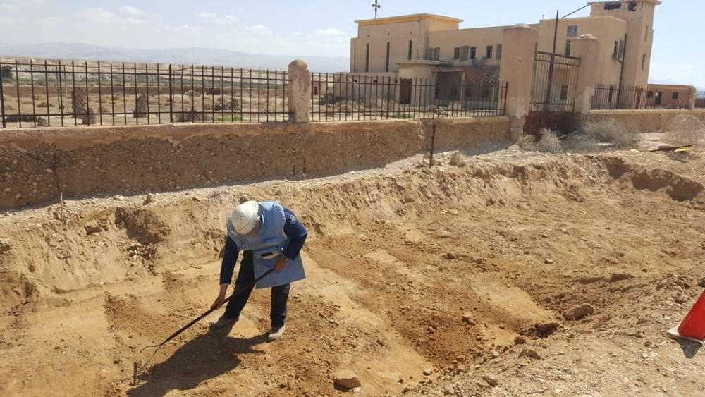 Un zapador trabaja para despejar minas del área alrededor del sitio del bautismo de Qasr al-Yahud en el río Jordán, marzo de 2018. (Ministerio de Defensa de Israel)