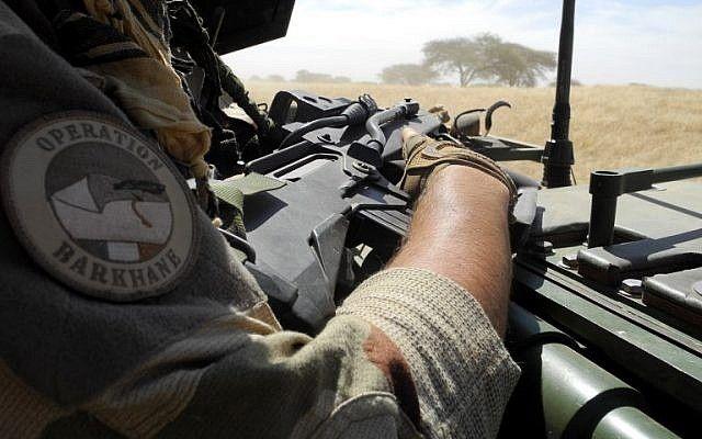 En esta foto tomada el 1 de noviembre de 2017, un soldado de la misión barkhane de Francia con la insignia 'operación barkhane' sostiene un arma mientras patrulla en el centro de Malí, en la zona de frontera con Burkina Faso y Níger como una fuerza anti-jihadista articulación que une los países del Sahel comenzaron a operar el 1 de noviembre. (AFP / Daphné Benoit)