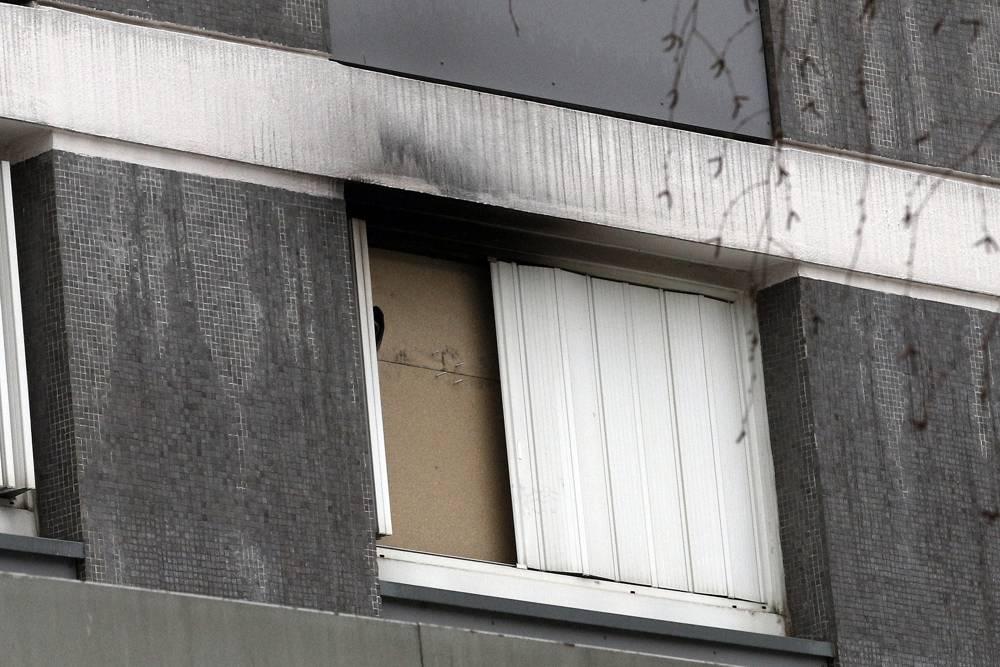 Vista exterior de una ventana manchada de humo del departamento de Mireille Knoll, en París, Francia, 27 de marzo de 2018. (Christophe Ena / AP)