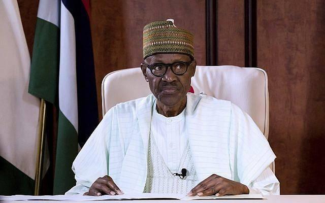 En esta foto publicada por la Casa del Estado de Nigeria, el presidente de Nigeria, Muhammadu Buhari, observa durante una transmisión a la Nación en el palacio presidencial de Abuja, Nigeria, el 21 de agosto de 2017. (Bayo Omoboriowo / Nigeria State House vía AP)