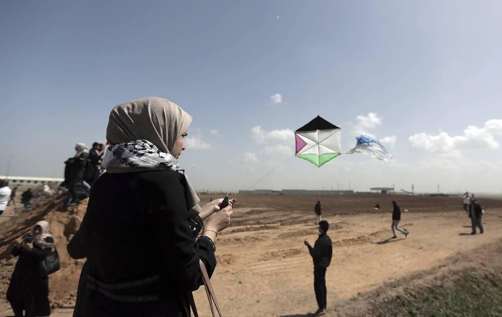Los manifestantes palestinos vuelan cometas durante una manifestación cerca de la frontera de la Franja de Gaza con Israel, en el este de la ciudad de Gaza, el 29 de marzo de 2018. (AP Photo / Khalil Hamra)