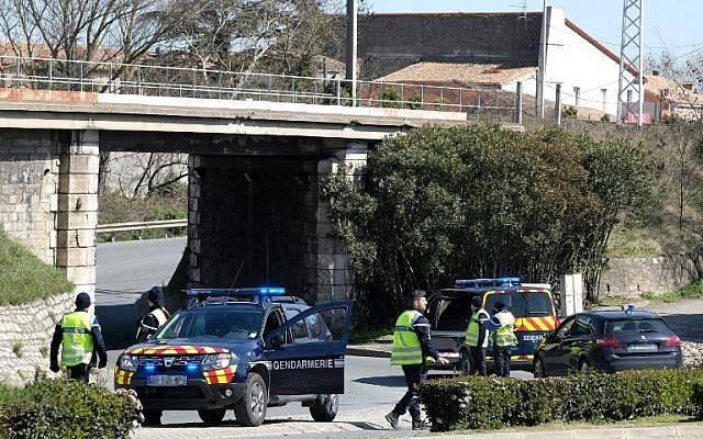 Los gendarmes franceses bloquean el acceso a Trebes, donde un hombre tomó rehenes en un supermercado el 23 de marzo de 2018 en Trebes, en el suroeste de Francia.(AFP Photo / Eric Cabanis)