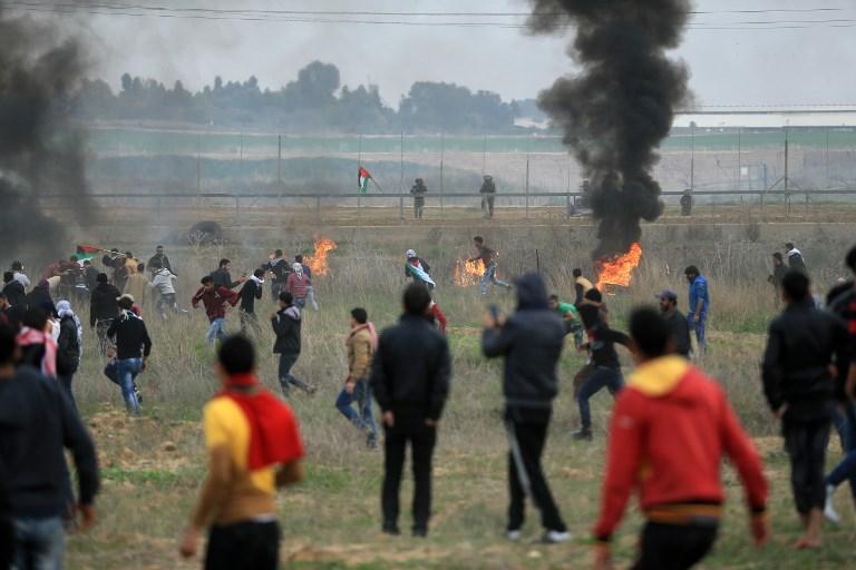 Ilustrativo: manifestantes palestinos atacan a los soldados israelíes cerca de la valla fronteriza al este de la ciudad de Gaza el 22 de diciembre de 2017. (AFP / Mohammed Abed)