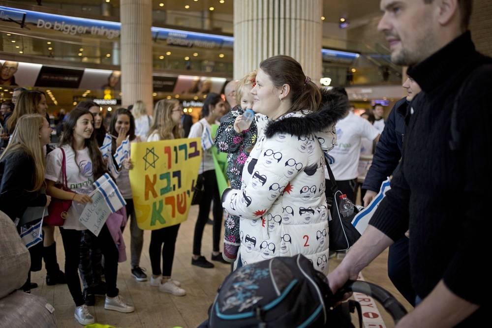 En esta foto del 30 de enero de 2018, nuevos inmigrantes judíos de Ucrania llegan en un vuelo financiado por la Confraternidad Internacional de Cristianos y Judíos en el aeropuerto Ben Gurion cerca de Tel Aviv, Israel.(AP Photo / Ariel Schalit)