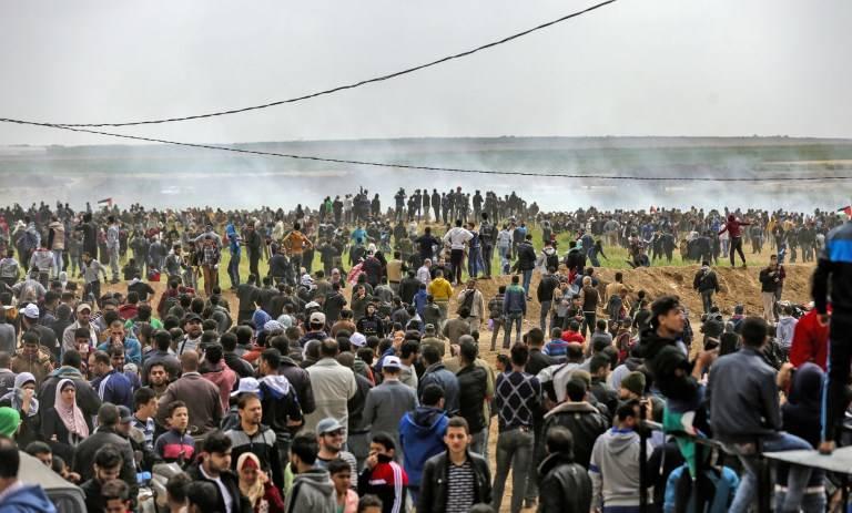 Una foto tomada el 30 de marzo de 2018 muestra a los palestinos tomando parte en una manifestación violenta contra los israelíes cerca de la frontera con Israel al este de la ciudad de Gaza.(AFP / Mahmud Hams)