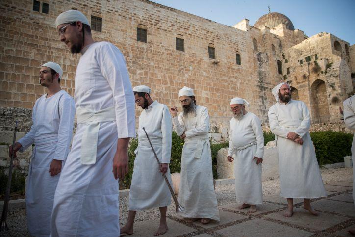 Los sacerdotes judíos se preparan para una ceremonia de 'práctica' del sacrificio de la Pascua en el Centro Davidson en la Ciudad Vieja de Jerusalem, el 26 de marzo de 2018 (Yonatan Sindel / Flash 90)