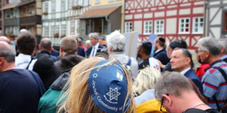 Alemanes se unen a judíos en protesta con kipá contra nueva ola de antisemitismo