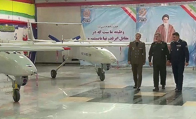 Captura de pantalla del video que muestra al Ministro de Defensa iraní, general de brigada Amir Hatami, a la izquierda, durante la apertura de una línea de producción para producir el dron Mohajer 6 de Irán, en Teherán, 5 de febrero de 2018. (YouTube)