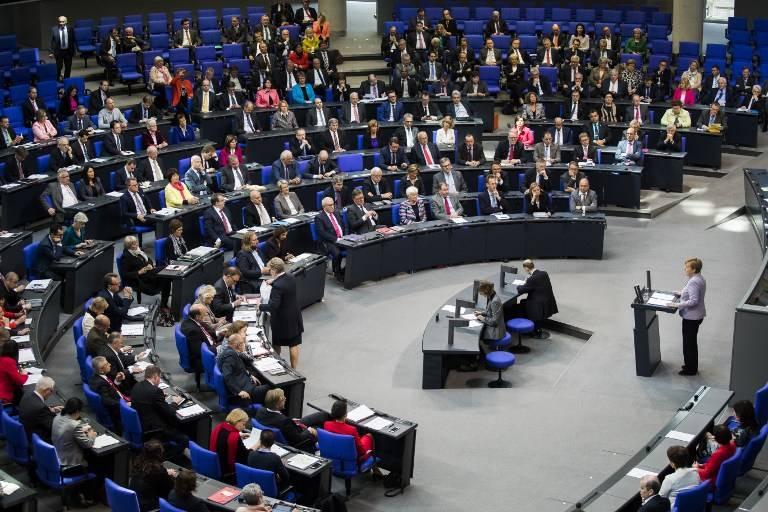 Una foto ilustrativa de la canciller alemana Angela Merkel pronuncia un discurso en el Bundestag el 27 de abril de 2017 en Berlín. (AFP / Odd Andersen)