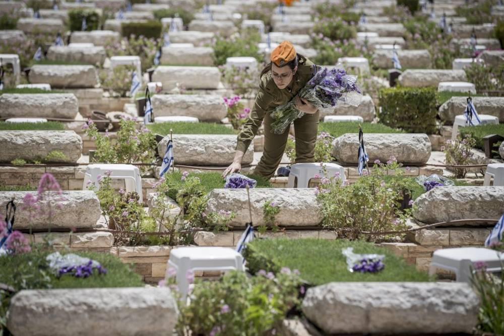 Antes de los eventos del Día de los Caídos, soldados de las FDI pusieron flores en las tumbas de los soldados caídos en el cementerio militar de Mount Herzl, Jerusalem, el 30 de abril de 2017. (Yonatan Sindel / Flash 90)