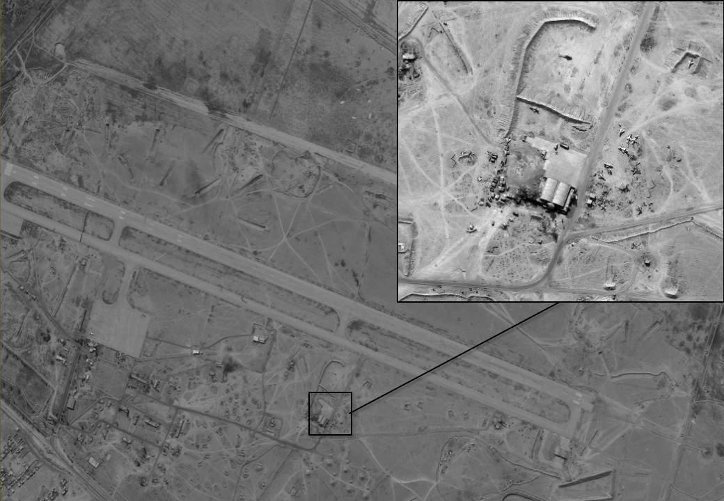 Un avión no tripulado iraní en un campo en el aeródromo Dir a-Zour en Siria