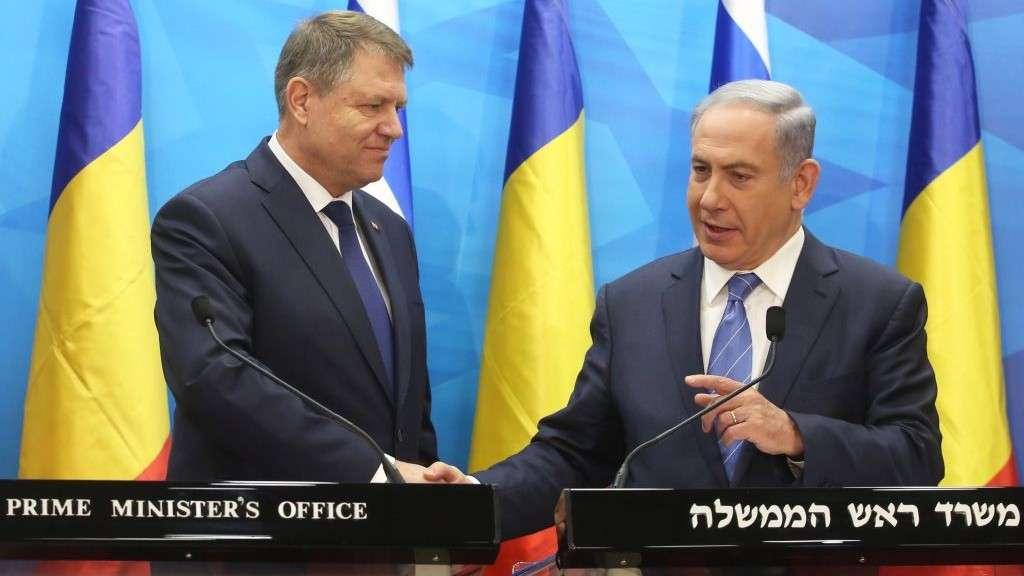 Benjamin Netanyahu, derecha, celebra una conferencia de prensa conjunta con el presidente rumano Klaus Iohannis en Jerusalem el 7 de marzo de 2016. (Marc Israel Sellem / POOL)