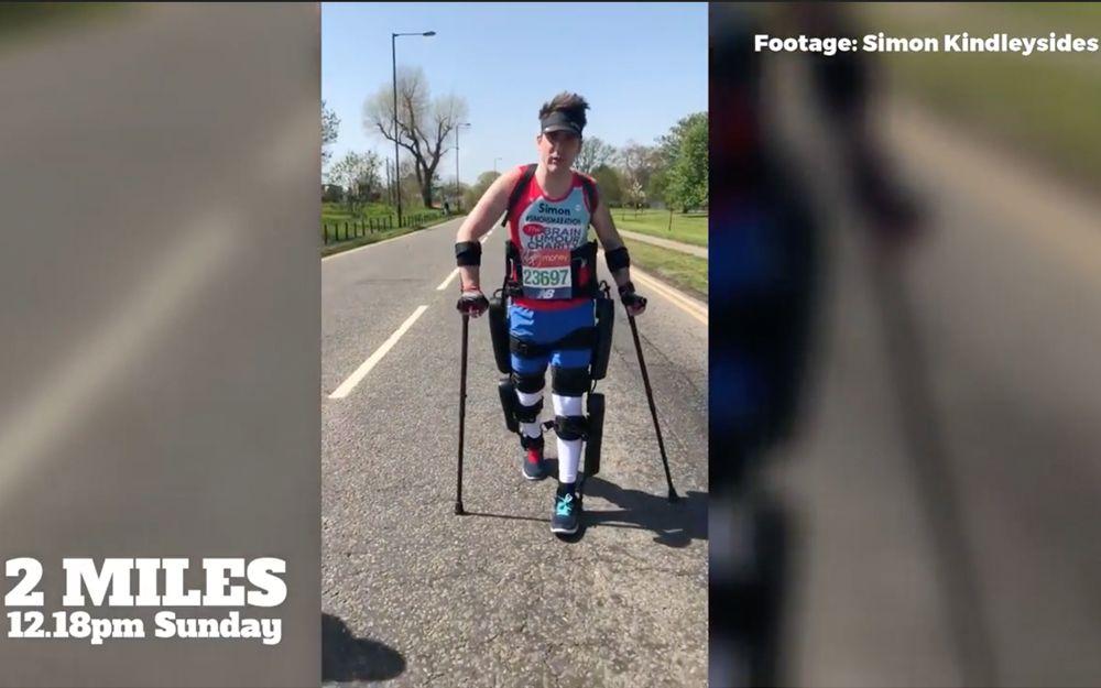 El británico Simon Kindleysides, de 34 años, paralizado de la cintura para abajo, caminó por la maratón de Londres en 36 horas, con la ayuda del exoesqueleto ReWalk, abril de 2018. (Captura de pantalla de YouTube)