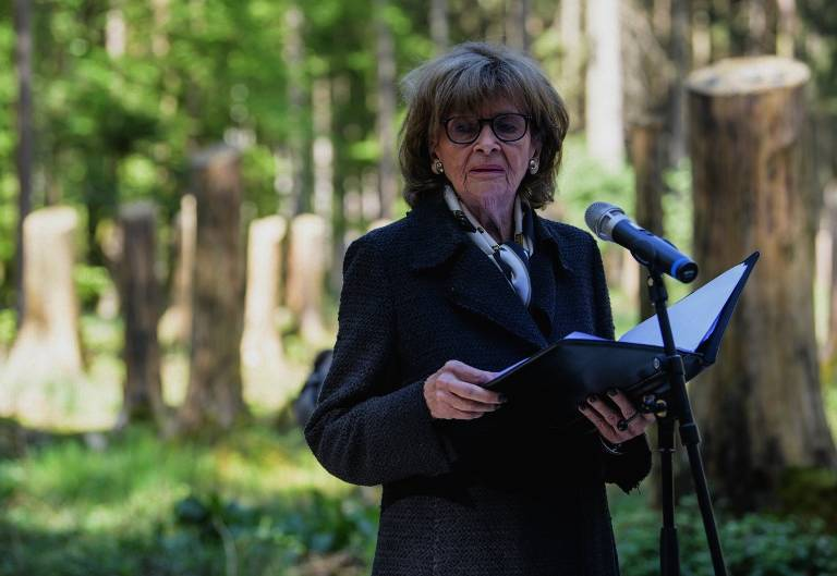 Charlotte Knobloch, presidenta de la Comunidad Judía de Munich, pronuncia un discurso durante una ceremonia para inaugurar un sitio conmemorativo en el antiguo campo de concentración Muehldorfer Hart cerca de Waldkraiburg, en el sur de Alemania, el 27 de abril de 2018. (AFP PHOTO / dpa / Matthias Balk)