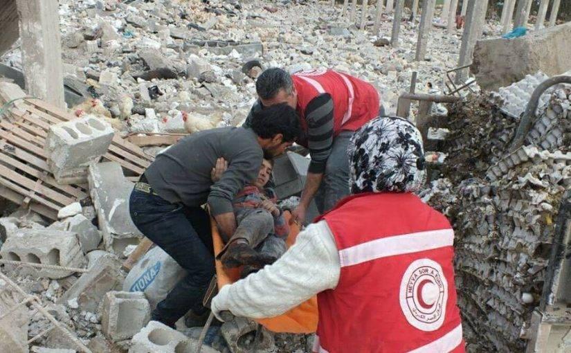 Un niño es removido de los escombros luego de un ataque aéreo turco en A'nabka en el campo de Afrin, el 21 de enero de 2018 (vía Afrin Now)
