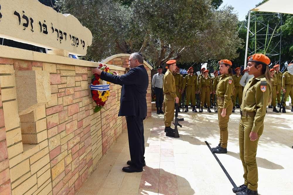 El ministro de Defensa, Avigdor Liberman, entrega una ofrenda floral en el monumento a los soldados caídos de Israel en el cementerio militar de Kiryat Shaul en Tel Aviv el Día de los Caídos en Israel, 18 de abril de 2018. (Ariel Hermoni / Ministerio de Defensa)