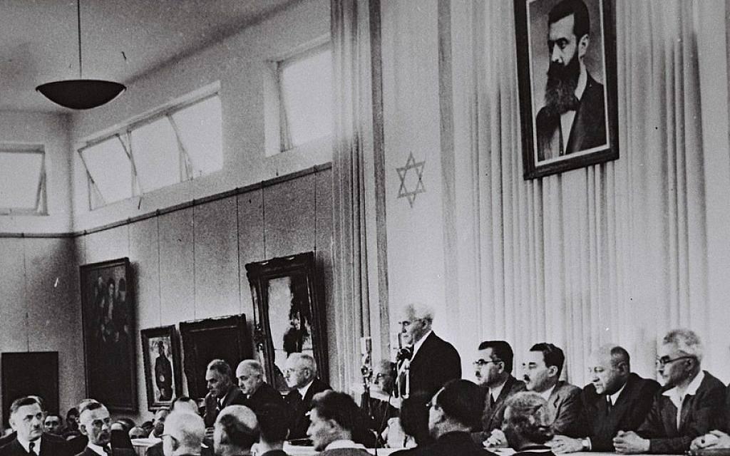David Ben-Gurion, flanqueado por los miembros de su gobierno provisional, lee la Declaración de Independencia en el Salón del Museo de Tel Aviv el 14 de mayo de 1948 (crédito de la foto: Oficina de Prensa del Gobierno de Israel)