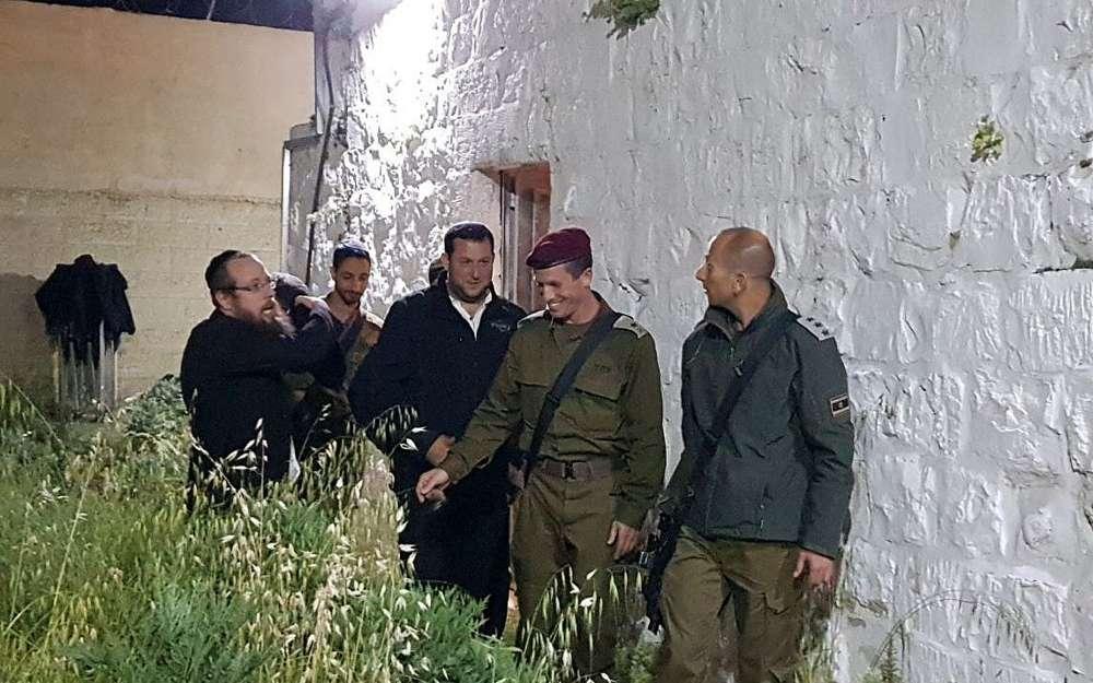 El Jefe del Comando Central de las FDI Nadav Padan (C) recorriendo la tumba de José en la ciudad Shjem el jueves 5 de abril de 2018. (Roi Hadi)