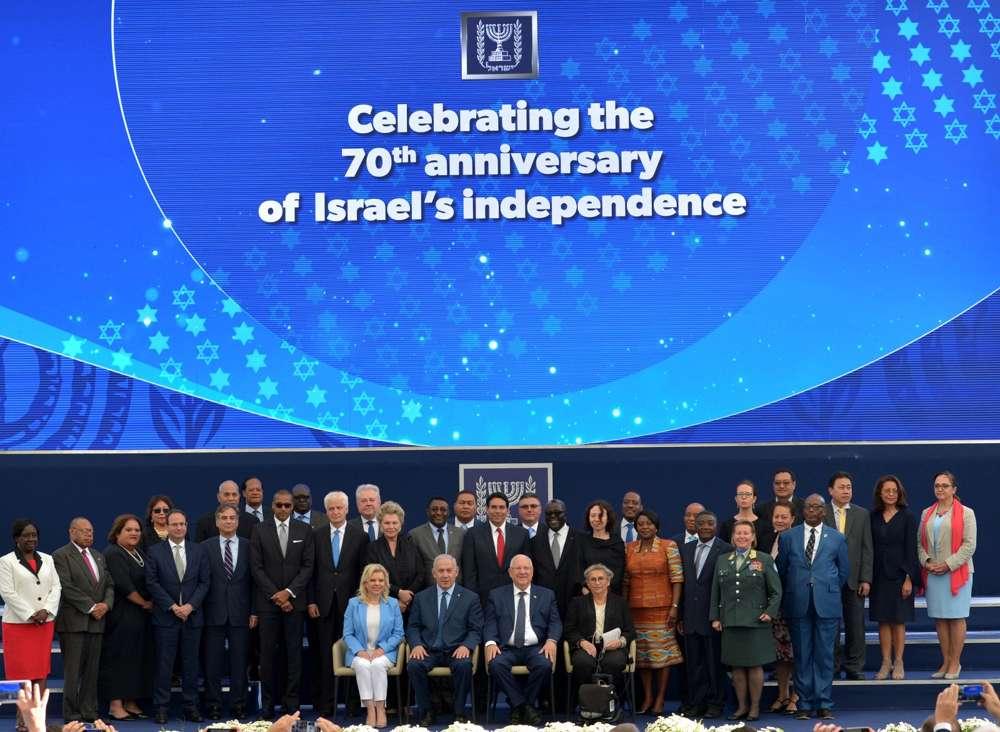 El Primer Ministro Benjamin Netanyahu y el Presidente Reuven Rivlin (C) se reúnen con diplomáticos extranjeros en la Residencia del Presidente en Jerusalem en el 70 ° Día de la Independencia de Israel el 19 de abril de 2018. (Kobi Gideon / GPO)