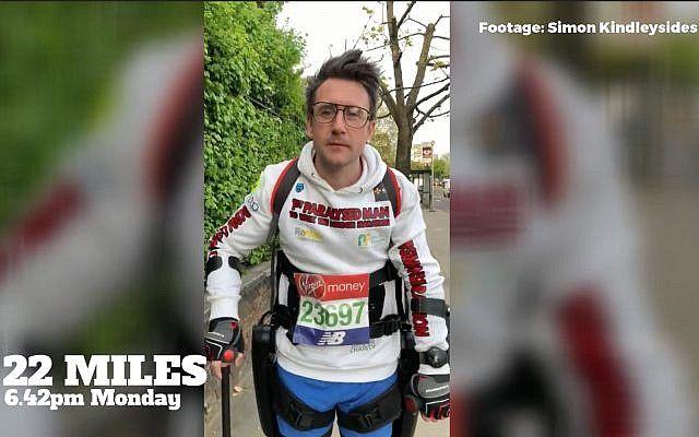 El británico Simon Kindleysides, un hombre de 34 años paralizado de cintura para abajo, usa el exoesqueleto ReWalk para completar el maratón de Londres en 36 horas el 23 de abril de 2018 (captura de pantalla de YouTube)