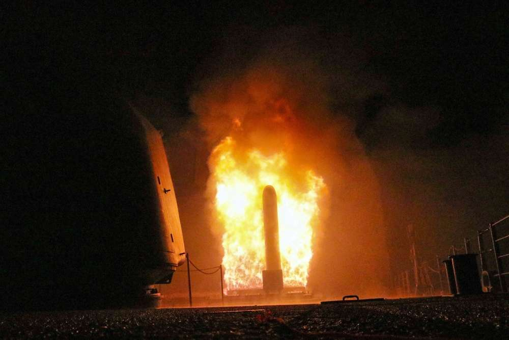 El crucero de misiles guiados USS Monterey (CG 61) dispara un misil de ataque terrestre Tomahawk el sábado 14 de abril de 2018 como parte de la respuesta militar al uso de armas químicas por parte de Siria el 7 de abril (Matthew Daniels / US Navy via AP)