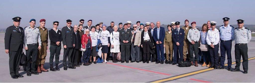El jefe de las FDI, Gadi Eisenkot, encabeza una delegación de tres sobrevivientes israelíes del Holocausto y 20 oficiales y suboficiales de las FDI en Polonia para el Día del Recuerdo del Holocausto el 12 de abril de 2018. (Fuerzas de Defensa de Israel)