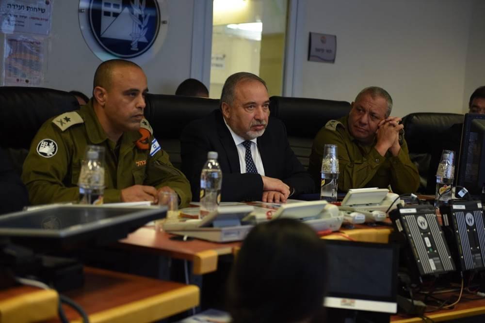 El ministro de Defensa Avigdor LIberman, en el centro, visita un ejercicio nacional de preparación para emergencias, junto con el jefe de personal de las FDI, Gadi Eisenkot, derecha, y el jefe del Comando de Frente Interno, general de división Tamir Yadai, en marzo de 2018. (Fuerzas de Defensa de Israel)