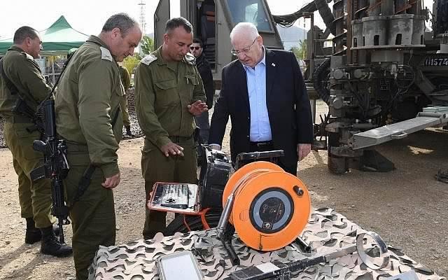El presidente Reuven Rivlin, durante un recorrido por la zona fronteriza de Gaza, el 21 de enero de 2018. (Mark Neiman / GPO)