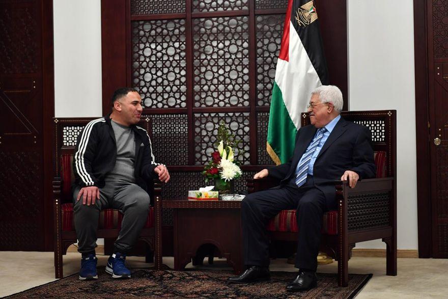 El presidente de la Autoridad Palestina Mahmoud Abbas (r) se reúne con Rajaei Haddad, quien pasó 20 años en las prisiones israelíes por su participación en un ataque terrorista en 1997 que mató a Gabriel Hirschberg.(WAFA / Thaer Ghanaim)