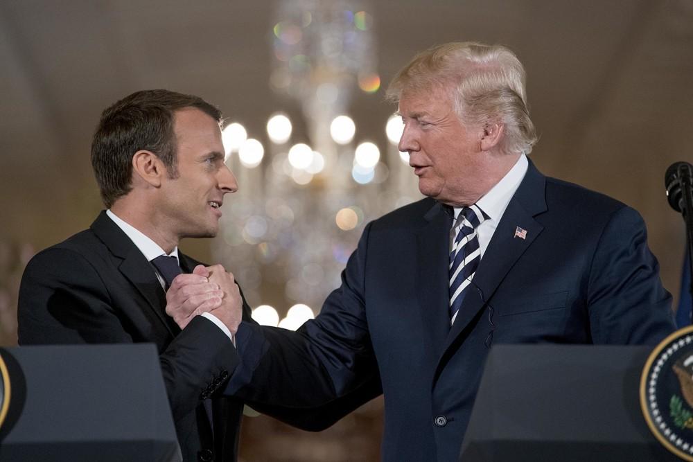 El presidente de los Estados Unidos, Donald Trump, y el presidente francés, Emmanuel Macron, se dan la mano durante una conferencia de prensa conjunta en el Salón Este de la Casa Blanca en Washington, el martes 24 de abril de 2018. (AP Photo / Andrew Harnik)