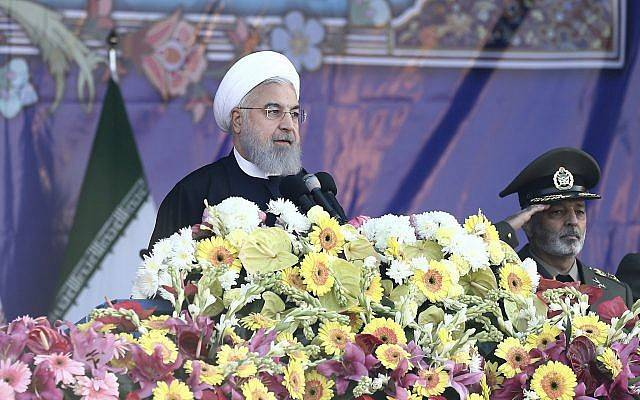 El presidente iraní Hassan Rouhani habla en un desfile militar que marca el Día del Ejército Nacional frente al mausoleo del difunto fundador revolucionario ayatolá Jomeini, en las afueras de Teherán, Irán, el 18 de abril de 2018. (Ebrahim Noroozi / AP)