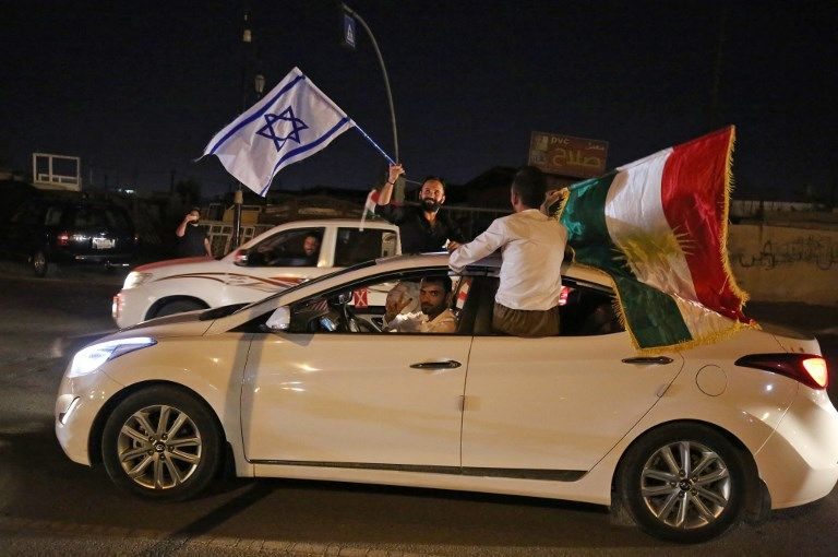 Los iraquíes kurdos portan las banderas kurdas e israelíes en las calles de la ciudad norteña de Kirkuk el 25 de septiembre de 2017 tras un referéndum sobre la independencia.(AFP Photo / Ahmad Al-Rubaye)