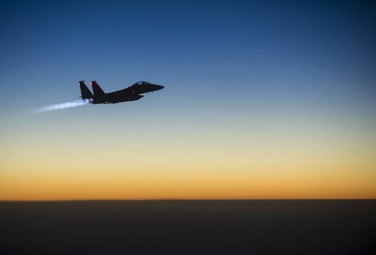 Foto ilustrativa de un F-15E Strike Eagle de la Fuerza Aérea de los EE.UU. sobrevolando el norte de Iraq el 23 de septiembre de 2014, después de realizar ataques aéreos en Siria. (AFP / US Air Force / Aviador sénior Matthew Bruch)