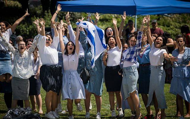 La gente celebra el 70 Día de la Independencia de Israel en el parque Saker en Jerusalem, el 19 de abril de 2018. (Yonatan Sindel / Flash 90)
