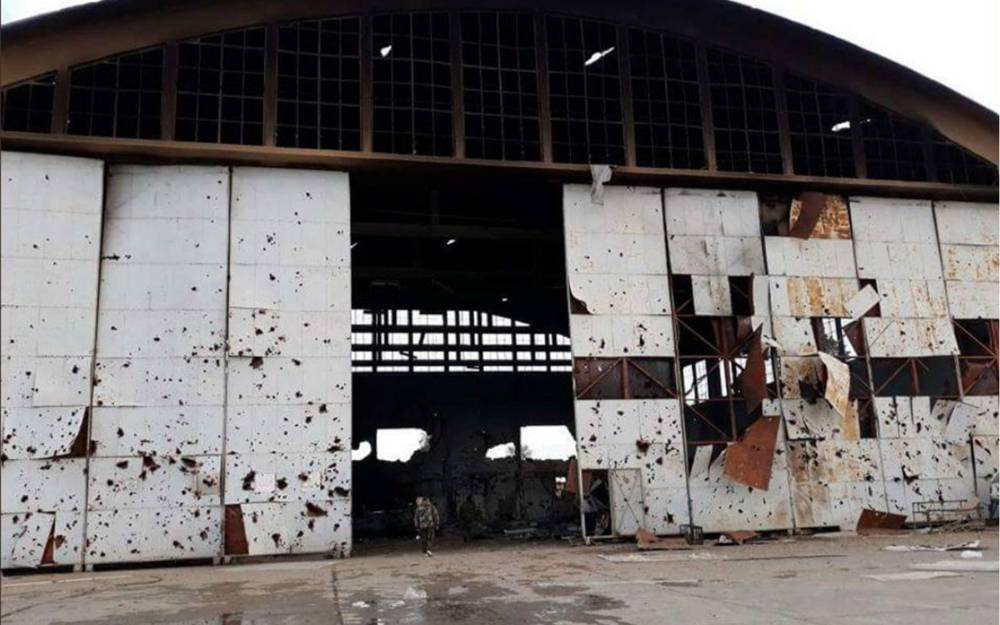 Foto publicada por la prensa iraní según los informes muestran la base aérea T-4 en el centro de Siria después de un bombardeo de misiles el lunes.(Medios iraníes)