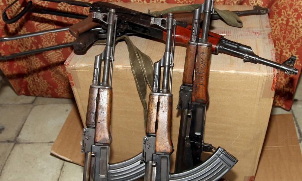 Fusiles de asalto AK-47 incautados por la policía albanesa a bandas criminales locales en Tirana en 2015. Fotografía: Arben Celi / Reuters