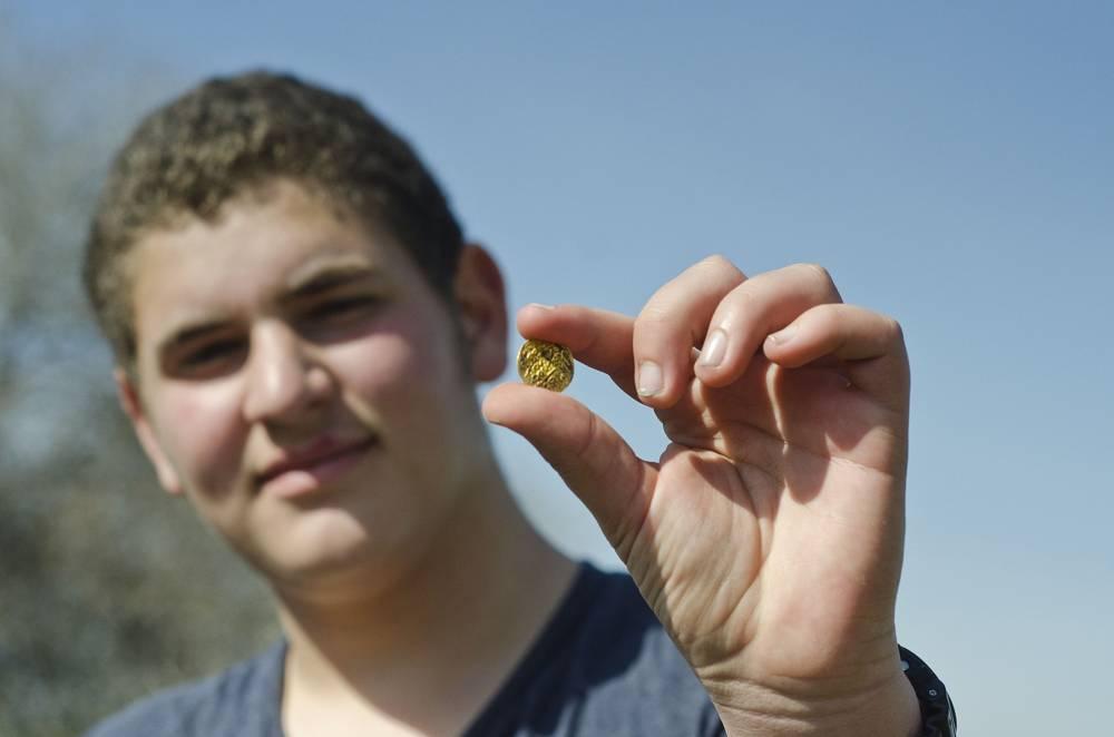 Mientras trabajaba en el sendero, el estudiante de secundaria Ilai Yonah de Zikhron Ya'akov descubrió una moneda de Suleiman el Magnífico, la tercera moneda de ese tipo que existe en el Tesoro del Estado.(Yoli Shwartz, Autoridad de Antigüedades de Israel)