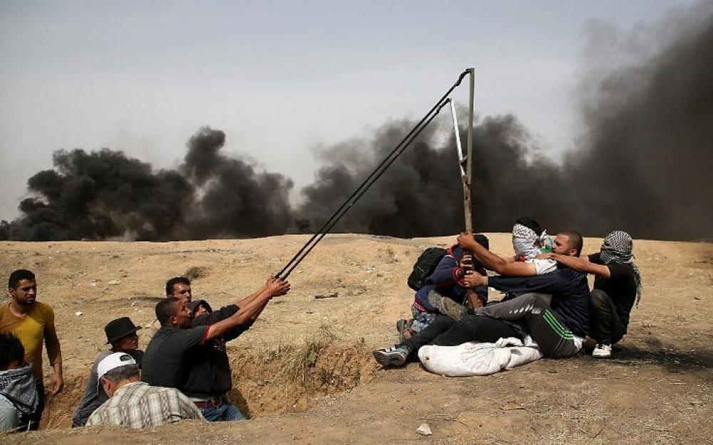Una bandera con una esvástica lleva material inflamable hacia el lado israelí desde Gaza (Foto: Portavoz de las FDI)