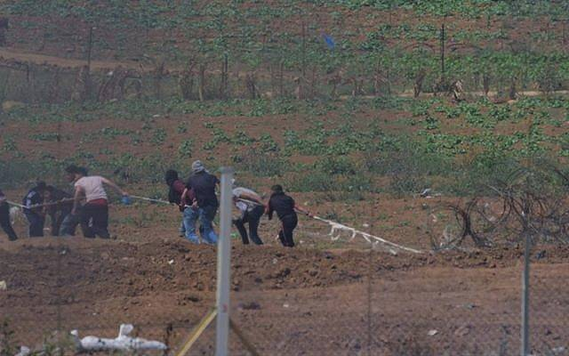 Islamistas palestinos en Gaza intentan sabotear la valla fronteriza con Israel, 27 de abril de 2018 (Oficina del Portavoz de las FDI)