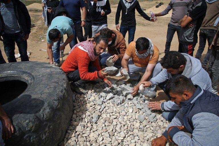 Islamistas de Gaza escogen las piedras más contundentes para atacar a los soldados de Israel que impiden la infiltración masiva (AFP / Mohammed Abed)