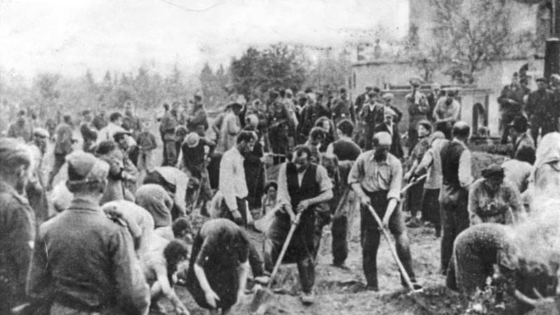 Judíos obligados a cavar sus propias tumbas en Storow, Ucrania, julio de 1941 (dominio público)