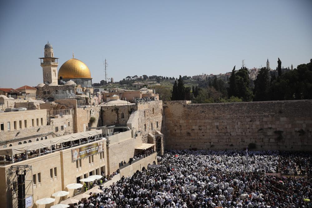 Judíos rezan frente al Muro Occidental en la Ciudad Vieja de Jerusalem durante la tradicional bendición sacerdotal en los días festivos de la Pascua, el 2 de abril de 2018 (Hadas Parush / Flash 90)