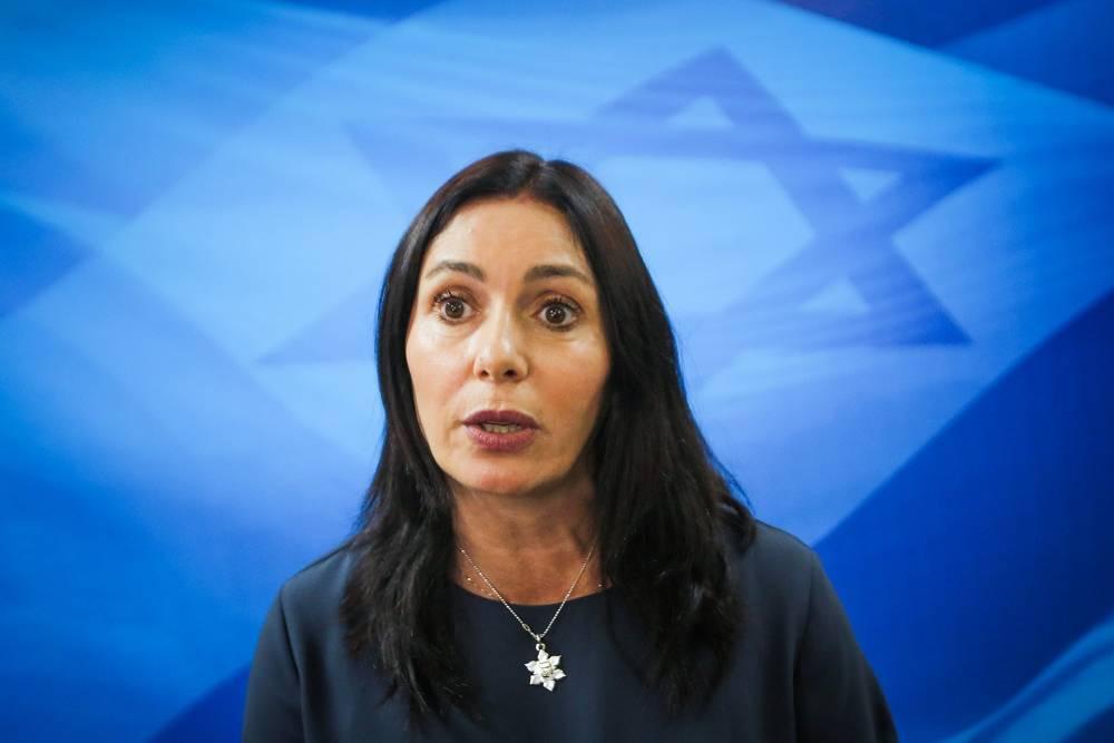 La ministra de Cultura y Deportes de Israel, Miri Regev, llega a la reunión semanal del gabinete en la Oficina del Primer Ministro en Jerusalem, el 11 de marzo de 2018. (Marc Israel Sellem)